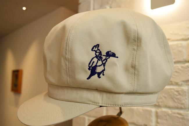 パン屋さんのキャスケット。ロゴ刺繍入り